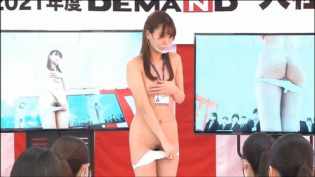 みんなが見ている前で素っ裸で挨拶する恒例の全裸入社式